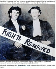 Billy the Kid (dreapta), avea atunci în jur de 20 de ani