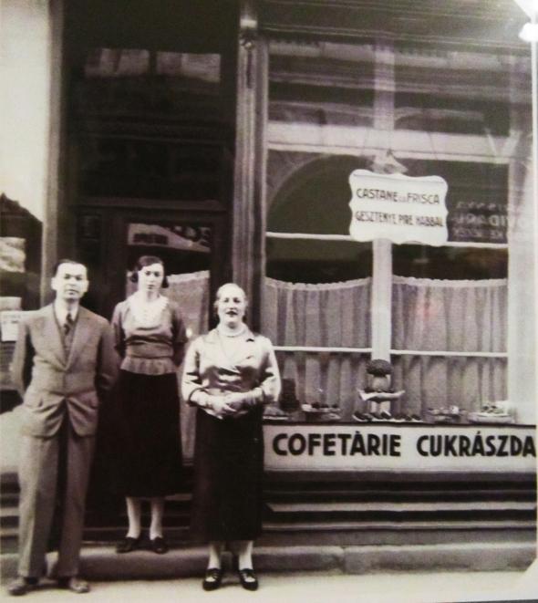 Maestrul cofetar Ştefan Orban, cu fiica şi soţia, în faţa cofetăriei Orbam, de pe strada Meţianu, nr.6