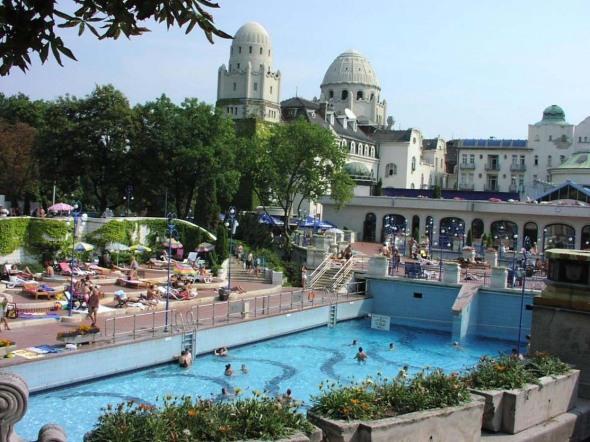 Gellert. Această piscină se află la o aruncătură de băţ, în Budapeta, Ungaria. Apele ei sunt termale şi, deci, terapeutice, iar oamenii s-au putut bucura de aceste beneficii încă din anul 1918.