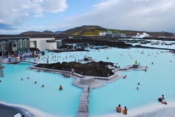 Blue Lagoon. Este numele unui întreg complex din Islanda, însă piscina este cu adevărat specaculoasă. A fost construită pe un câmp de lavă, iar apele termale au proprietăţi curative şi sunt înlocuite o dată la două zile.