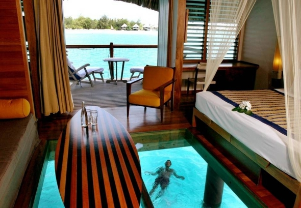 Bungaloul construit pe apă la Meridien Hotel, în Bora Bora.