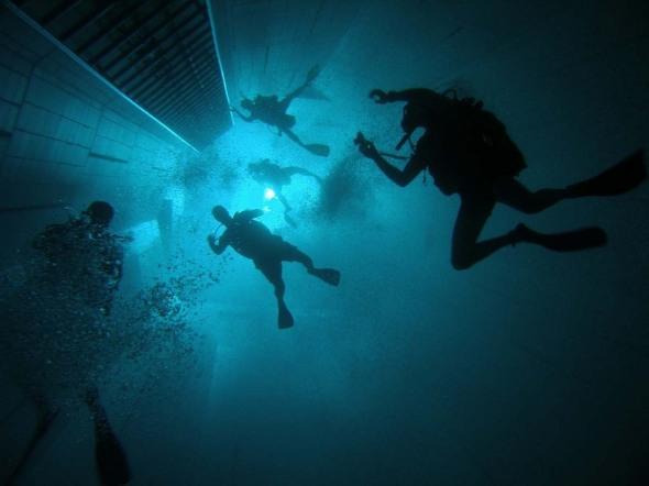 Nemo 33. Cea mai adâncă piscină interioară din lume o găseşti în Bruxelles, Belgia. Are 34,5 metri şi vreo două milioane de litri de apă caldă. Din loc în loc, în drum spre fundul piscinei, poţi să priveşti prin geamurile amplasate pentru a vedea la ce adâncime te afli.