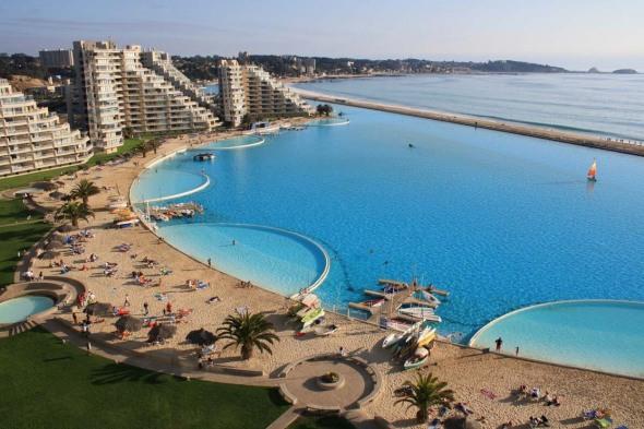 San Alfonso del Mar. În Algarrobo, Chile, se află cea mai mare piscină din lume, lungă cât douăzeci de bazine olimpice. Are o formă neregulată, care se întinde de-a lungul Oceanului Atlantic pe o distanţă de un kilometru. Apa provine chiar din ocean, însă este filtrată înainte să ajungă în piscină.