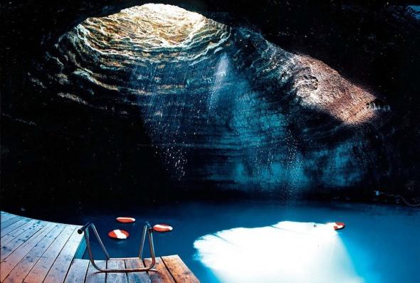 Homestead crater. Este, de fapt, un crater imens unde apa s-a infiltrat şi a creat o minunată piscină naturală. Pentru că e destul de adâncă, apa e caldă, fiind păstrată la o temperatură de aproximativ 35 de grade Celsius. Poţi să înoţi, să faci scufundări sau să te bucuri de o şedinţă de terapie. Asta când o să ajungi în Utah.