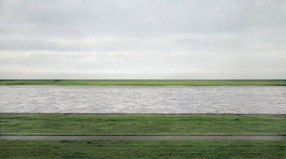 Rhein II realizată de Andreas Gursky (1999) s-a vândut pentru 4,3 milioane de dolari
