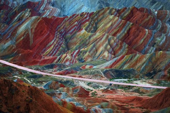 Tot în China găsim şi Danxia Landform Geological Park, China: un munte întreg pe care un copil pare să-şi fi scăpat acuarelele