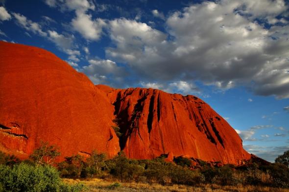 Ayers Rock, Australia: de 1.600 de metri înălţime, această formaţiune muntoasă din Australia pare desenată şi colorată în Photoshop