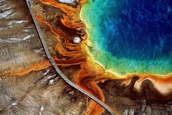 Cu toţii aţi auzit de Yellowstone Park în Wyoming: iată cum arată o vedere aeriană asupra acestuia, cu laguna Grand Prismatic Spring. Culorile speciale sunt date de combinaţia dintre nişte bacterii din apă şi reflexia luminii