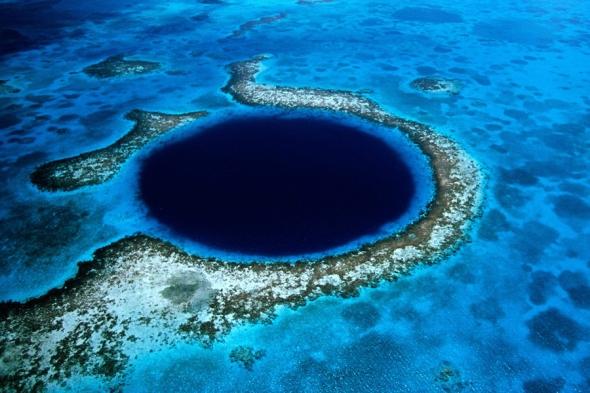 Great Blue Hole, Belize: Jack Cousteau a explorat acest loc, şi mulţi pasionaţi de scuba-diving îşi doresc să încerce noi experienţe aici
