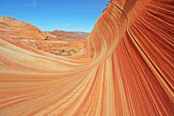 """Această formaţiune stâncoasă, cu şanţuri paralele şi perfect similare provocate de eroziunea vântului, e numită """"The Wave"""". Şi puteţi s-o vedeţi în Arizona"""