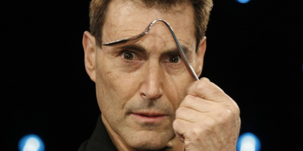 "Der in Israel geborene Magier Uri Geller posiert am Sonntag, 6. Januar 2008, in Koeln bei einem Fototermin zu seiner Fernsehshow ""The next Uri Geller"" fuer die Fotografen mit einem verbogenen Loeffel. In acht Live-Shows wird er ab Dienstag, 8. Januar 2008 beim Privatsender ProSieben einen Nachfolger fuer sich als Loeffelverbieger suchen. (AP Photo/Hermann J. Knippertz) --- The in Irael born magic artist Uri Geller poses for photographers during a photo call to his TV show ""The next Uri Geller"" in a TV studio in Cologne, Germany, on Sunday, Jan. 6, 2008. The live show ""The next Uri Geller"" will start on Tuesday, Jan. 8, 2008, in the German private TV ProSieben. (AP Photo/Hermann J. Knippertz)"