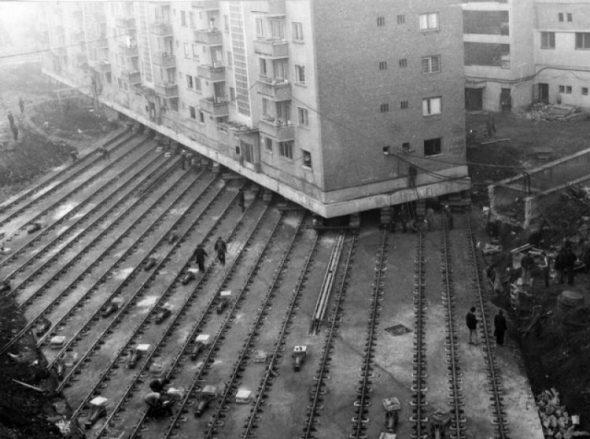 Un bloc de 7.600 de tone (80 de apartamente), mutat pe roţi, cu locatarii înăuntru, Alba Iulia, 1987