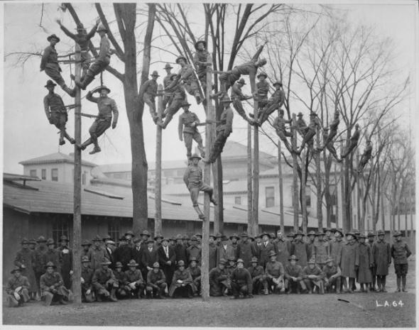 O fotografie de grup cu militarii electricieni, 1918