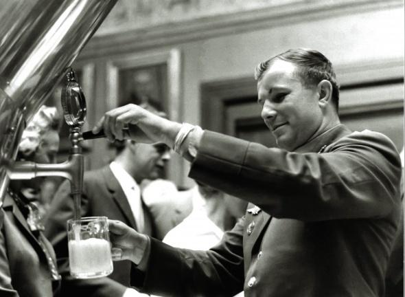 Gagarin, la o fabrică de bere Carlsberg, 1962
