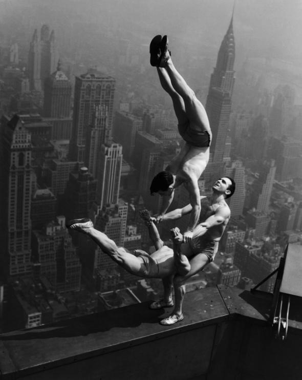 Acrobați care stau în echilibru pe acoperişul clădirii Empire State Building, 1934
