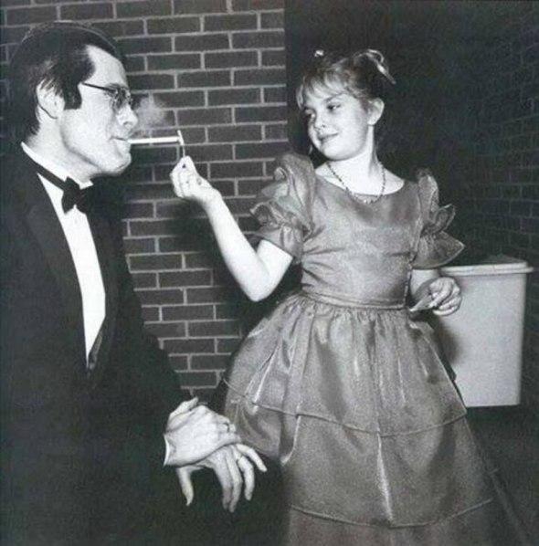Drew Barrymore îl ajută pe Stephen King să aprindă țigara