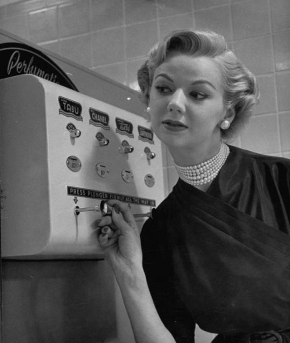 O mașinărie de pulverizat parfum, 1952