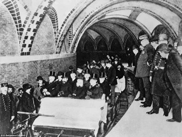 Primii pasageri ai metroului din New York (1904)