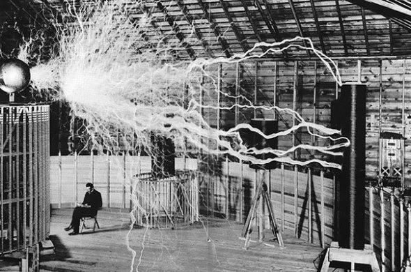 Nikola Tesla în laboratorul său