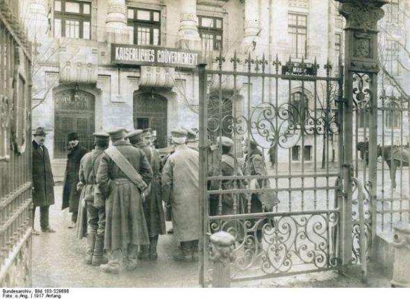 Foto:Soldaţi bulgari în curtea Comandaturii germane din Bucureşti (sursa: george-damian.ro)