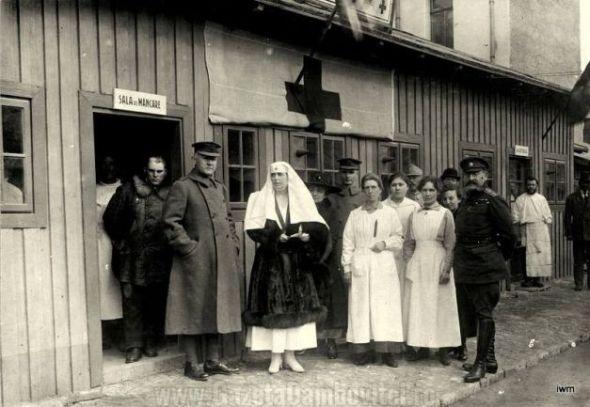 Foto: Regina Maria, în faţa unui sediu al Crucii Roşii, alături de ofiţeri ai Antantei